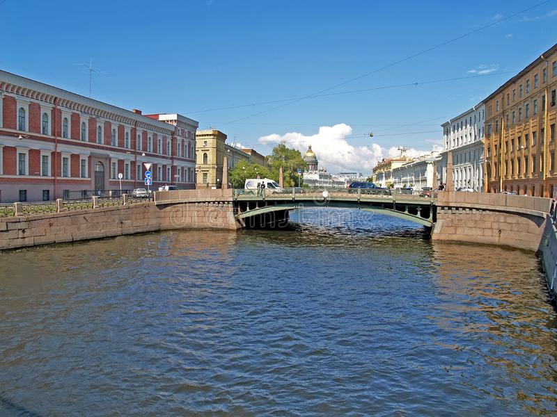 ST Petersburgo, Rusia Vista del r?o de Moika y del puente de Potseluev foto de archivo libre de regalías