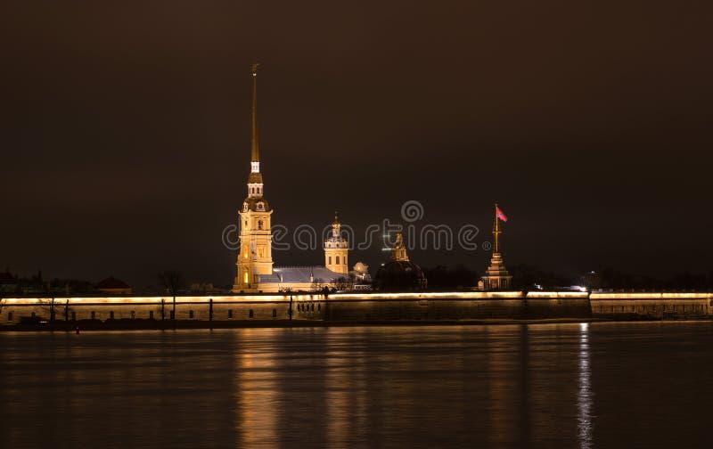ST Petesburg Καθεδρικός ναός του Peter και Pavel στο φρούριο Petropalovskaya τη νύχτα στοκ εικόνες