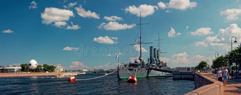ST PETESBURG, RUSIA - 13 DE JULIO DE 2018: Crucero granangular de la aurora de la visión panorámica en el río de Neva, St Petersb fotos de archivo