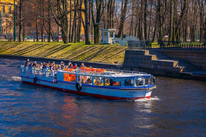 St PIETROBURGO, RUSSIA, IL 2 MAGGIO 2018: Barche turistiche che galleggiano sul fiume di Moyka St Petersburg era la capitale dell fotografia stock