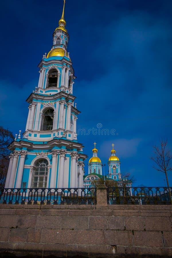 St PIETROBURGO, RUSSIA, IL 2 MAGGIO 2018: La vista all'aperto dell'orologio del campanile della st Nicholas Epiphany Cathedral ha fotografia stock libera da diritti