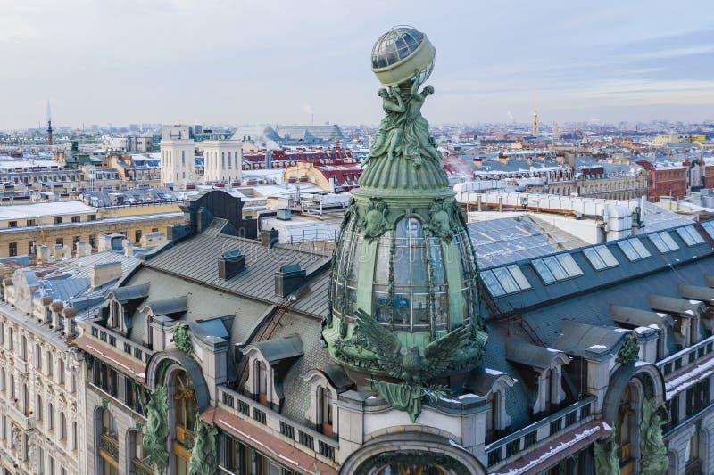 St PIETROBURGO, RUSSIA - MARZO 2019: Vista aerea della costruzione della societ? Zinger, il viale di Nevsky fotografia stock