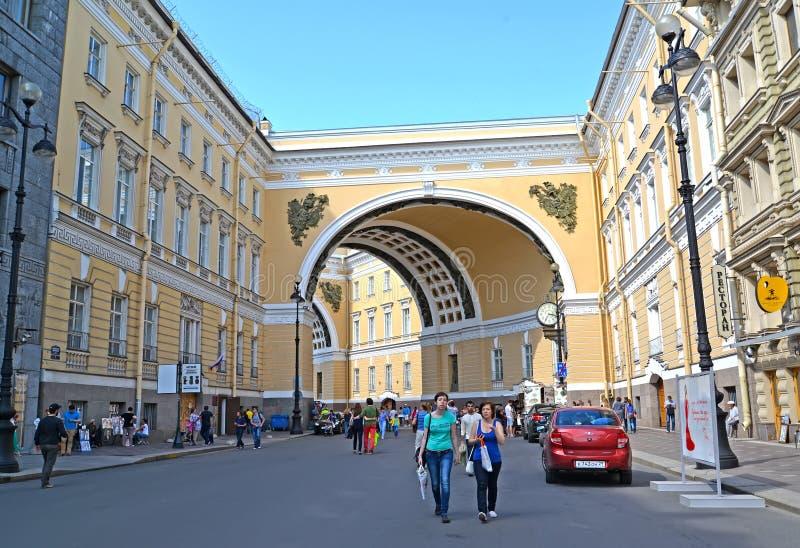 St Pietroburgo, Russia Una vista dell'arco della costruzione dello stato maggiore nel giorno popolato di estate Bolshaya Morskaya fotografie stock libere da diritti