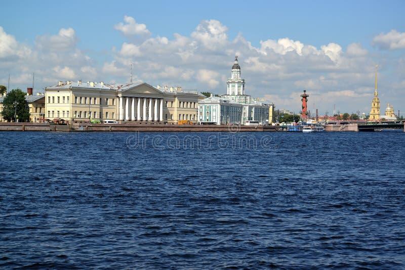 St Pietroburgo, Russia Vista dell'argine di Universitetskaya e di grande Neva nel giorno soleggiato fotografie stock
