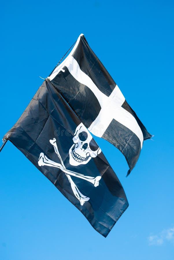 St Piran och Pirate flaggor tillsammans royaltyfria foton