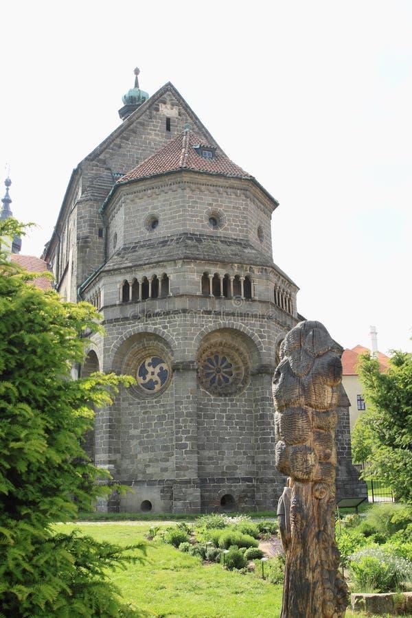 St Procopius Basiliek met standbeeld in Trebic stock afbeelding