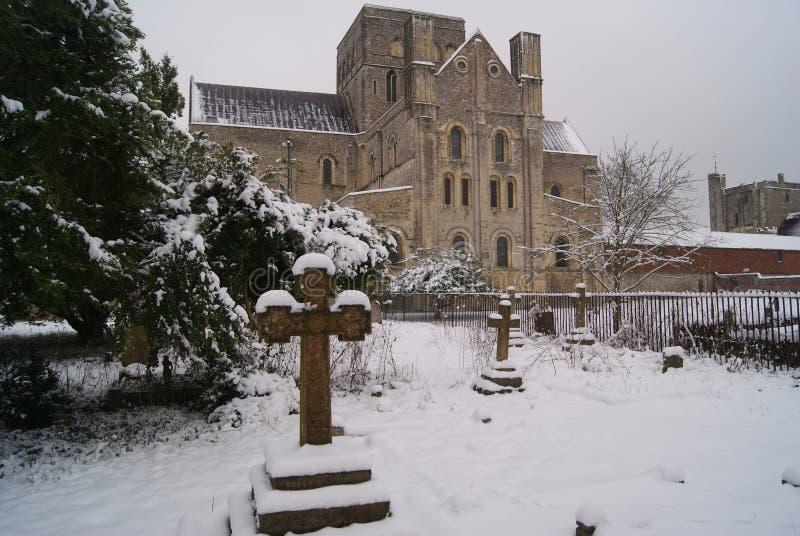 St Przecinający średniowieczny szpital w Winchester na śnieżnym dniu obraz royalty free