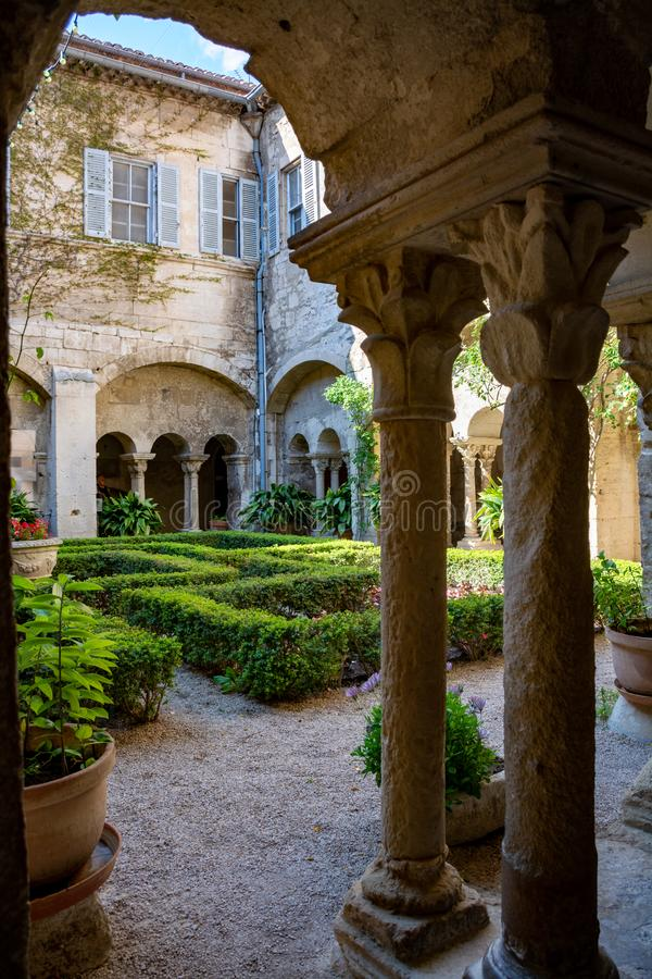 St. Remy de Provence, Bouches DU Rh?ne, Frankreich, 11 05 2019 Yard im Kloster von St. Paul de Mausole lizenzfreies stockfoto