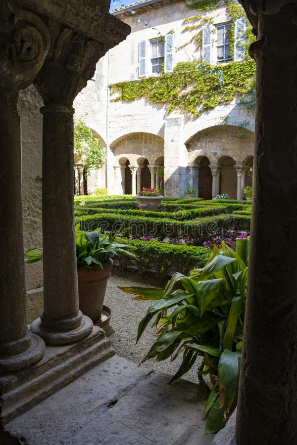 St. Remy de Provence, Bouches DU Rh?ne, Frankreich, 11 05 2019 Yard im Kloster von St. Paul de Mausole lizenzfreie stockfotografie