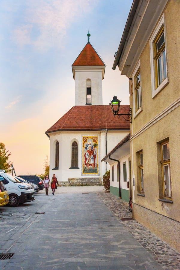 St Roch e St Fabian Church na cidade velha Kranj no Eslov?nia fotos de stock