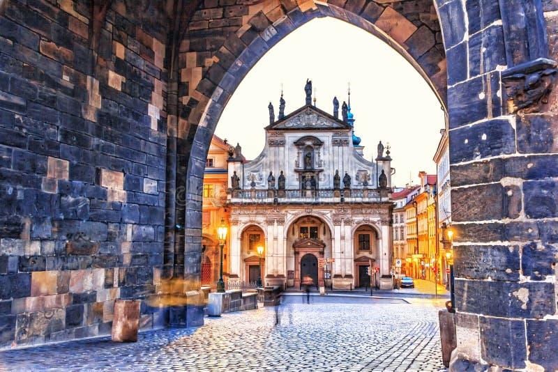 St Salvator Church, sikt från bågen i det gamla stadtornet, Pragu royaltyfria bilder