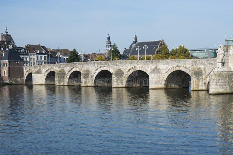 St Servaasbrug, старый мост кирпича в Маастрихте, Нидерланд стоковое изображение