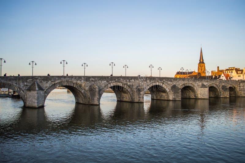 St. Servatius Bridge em Maastricht foto de stock