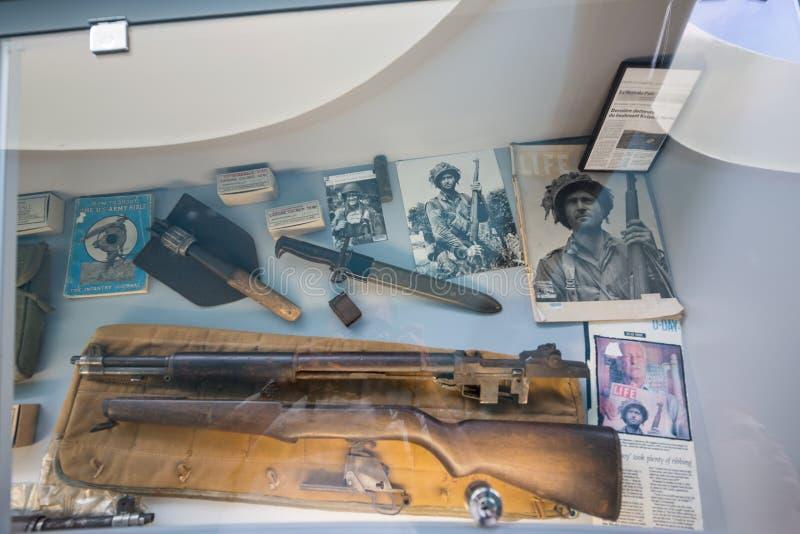 St simple Eglise, Normandía 7 de mayo de 2013: Armas americanas en la exhibición en el museo aerotransportado americano fotos de archivo