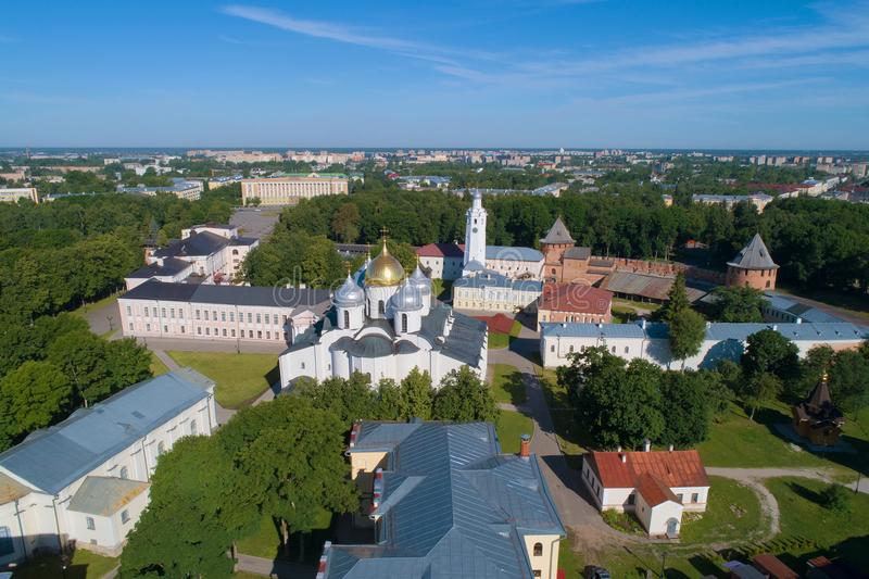 St Sophia Cathedral no Kremlin de Veliky Novgorod, avaliação aérea do dia ensolarado de junho Rússia fotos de stock