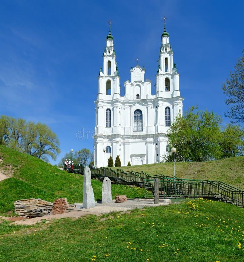 St Sophia Cathedral y fuente compleja y piedra-altar, Polotsk, Bielorrusia del culto foto de archivo