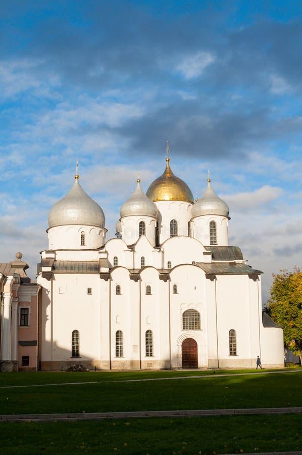 St Sophia Orthodox Cathedral door zonlicht in Veliky Novgorod, Rusland wordt aangestoken dat Architectuurlandschap stock foto's