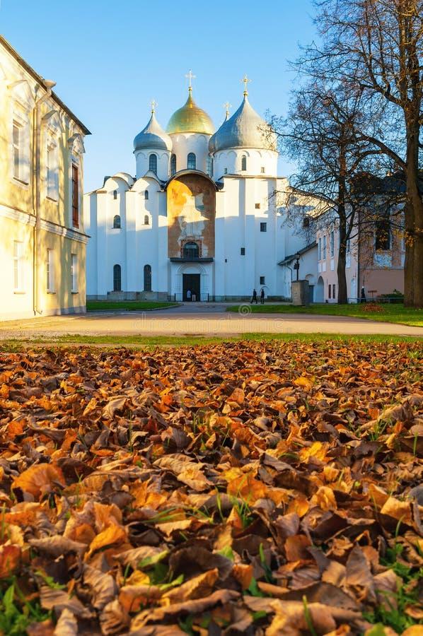 St Sophia Orthodox kathedraal bij zonnige de herfstavond in Veliky Novgorod, Rusland - de scène van de architectuurherfst royalty-vrije stock fotografie