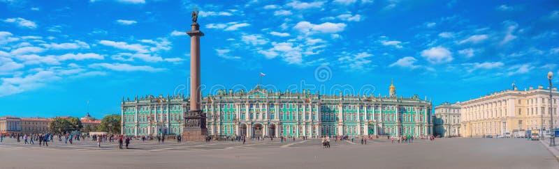 ST ST PETERSBURGO, RUSIA - el 28 de agosto de 2016: El palacio del invierno y el cuadrado del palacio en St Petersburg Este lugar imagenes de archivo