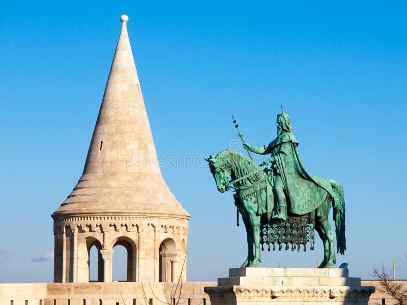 St Stephen I montó la estatua el primer rey de Hungría en el bastión del ` s del pescador en Budapest foto de archivo