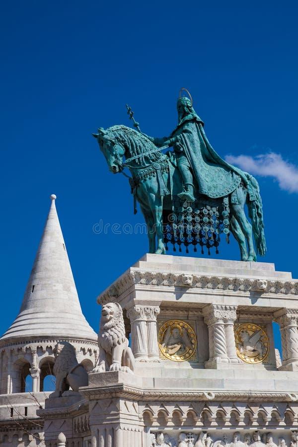 St Stephen King standbeeld bij Visser Bastion een terras dat op de Buda-bank van de Donau bij de Kasteelheuvel wordt gevestigd royalty-vrije stock foto
