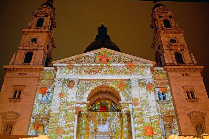 St Steven Cathedral en la iluminación de Navidad, Budapest, Hungría foto de archivo libre de regalías