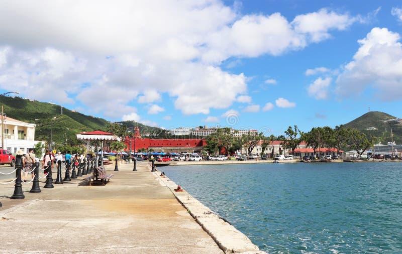St. Thomas, США Виргинские острова - 12/13/17 - туристы идя вдоль портового района в St. Thomas стоковые фотографии rf