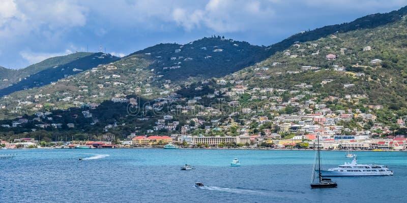 St Thomas USA Jungfruöarna - mars 31 2014: Platser av havet, kustlinjen och bergen royaltyfria bilder