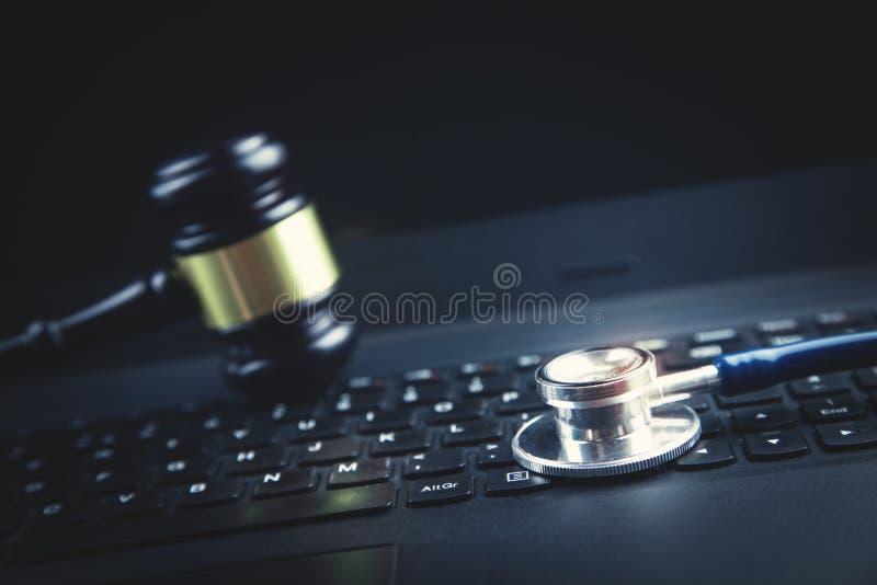 St?thoscope sur le clavier d'ordinateur portatif Concept de r?seau m?dical de technologie image libre de droits