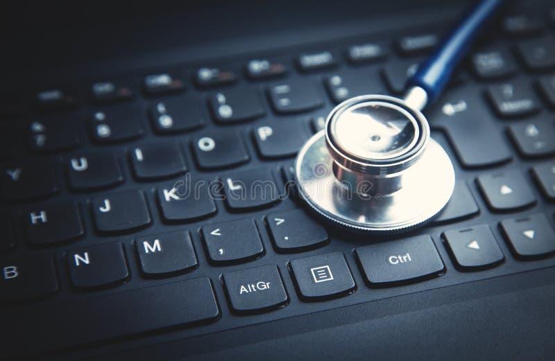 St?thoscope sur le clavier d'ordinateur portatif Concept de r?seau m?dical de technologie image stock