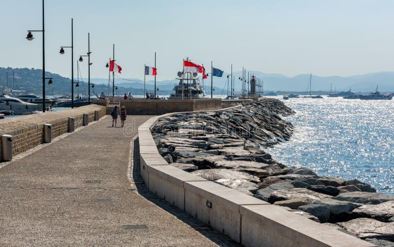 St Tropez, Франция - 12-ое июля 2015: Обваловка и порт стоковые изображения