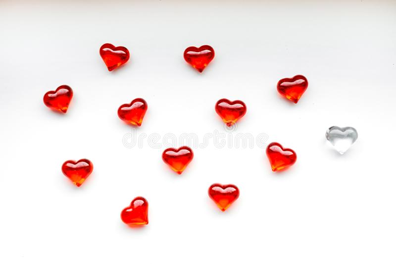 St-valentin bakgrund för dag med röda hjärtor arkivfoton