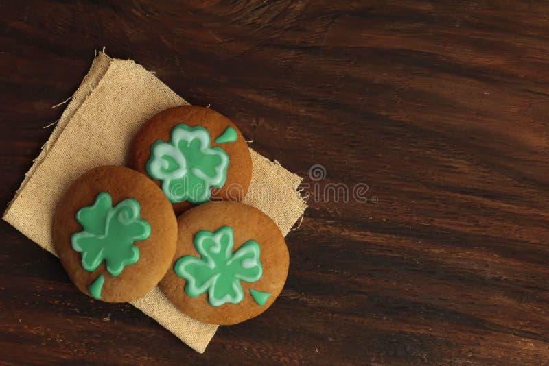St verde Patrick Day Cookies Ready del trifoglio da mangiare immagini stock