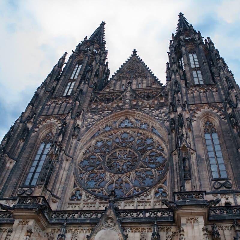 St Vito Cathedral a Praga, vista frontale della chiesa, un punto di riferimento popolare da un punto basso fotografia stock libera da diritti