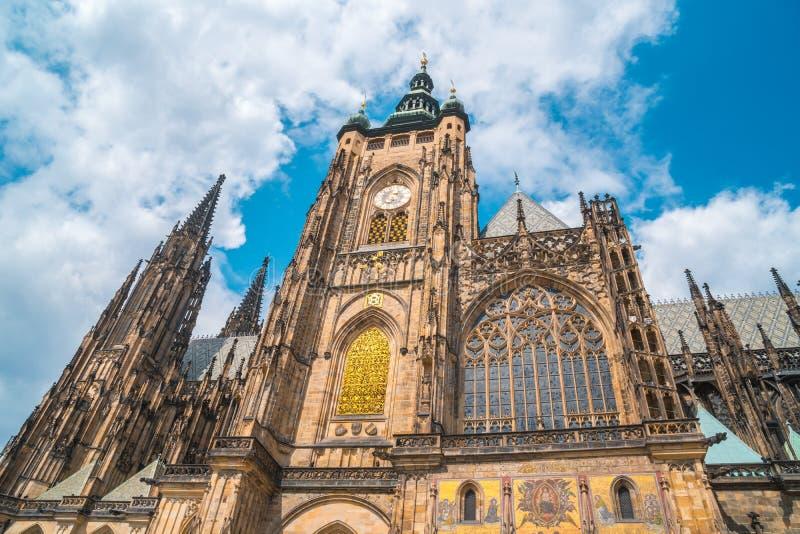St Vitus Cathedral à Prague dans un beau jour d'été images stock