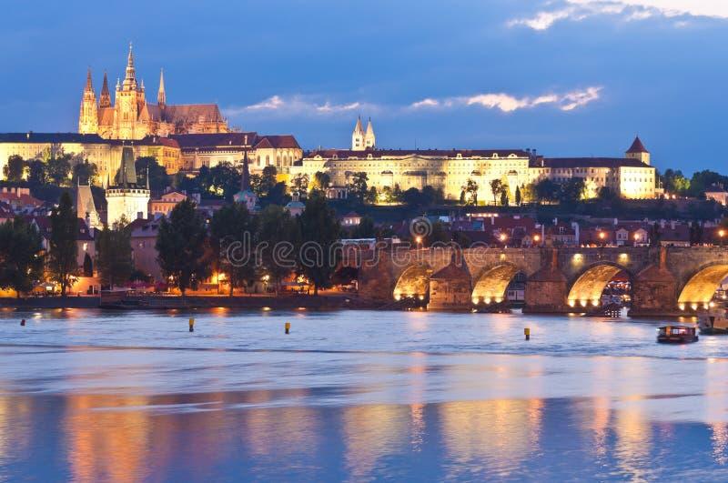 St Vitus Cathedral, castillo de Praga y Charles Bridge fotos de archivo