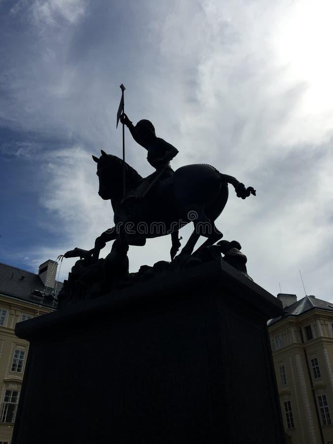 St Vitus Cathedral che mostra una statua di St George - Praga, repubblica Ceca immagini stock libere da diritti