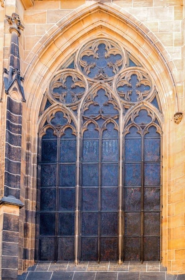 St Vitus Cathedral di Praga della finestra a Hradcany nel castello di Praga fotografia stock libera da diritti