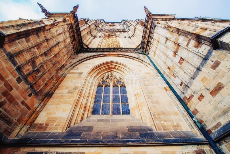 St Vitus Cathedral en el castillo de Praga adentro debajo del cielo azul claro soleado foto de archivo libre de regalías