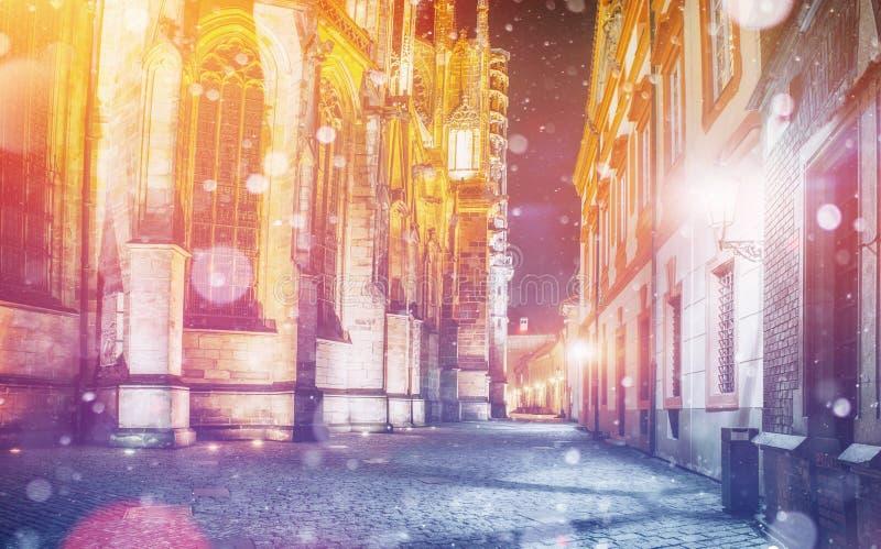 St Vitus Cathedral en el castillo de Praga en la noche hermosa l imágenes de archivo libres de regalías