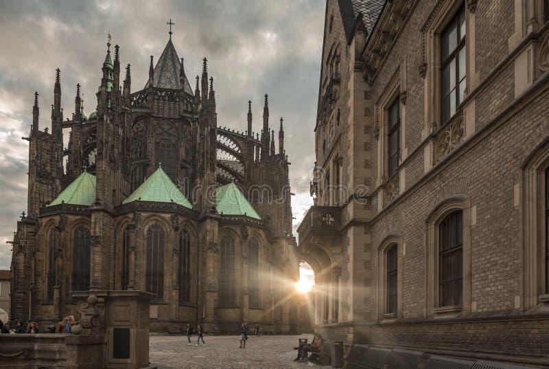 St Vitus Cathedral en puesta del sol del castillo de Praga fotografía de archivo libre de regalías