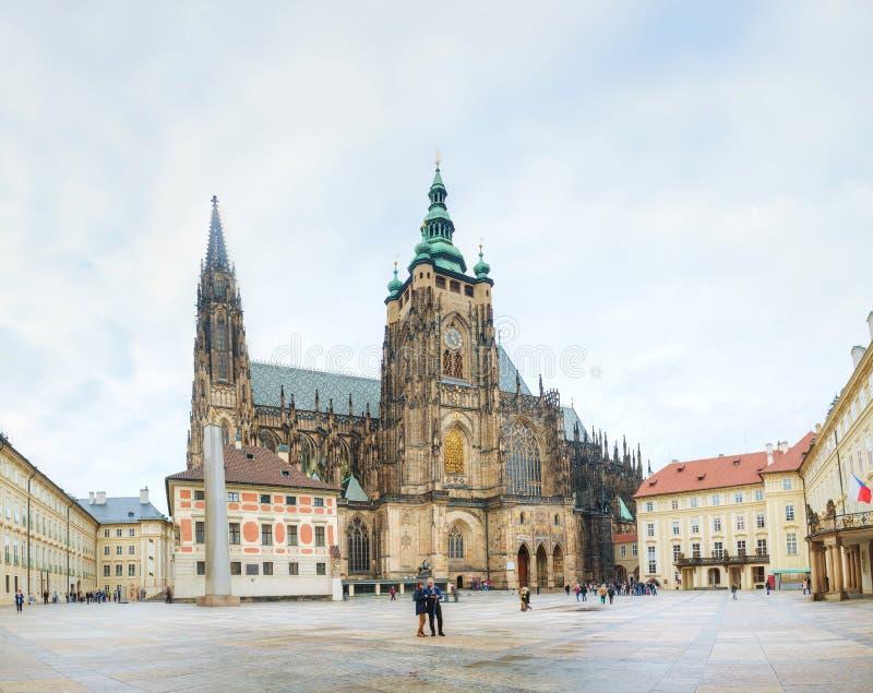 St Vitus Cathedral entouré par des touristes à Prague images stock
