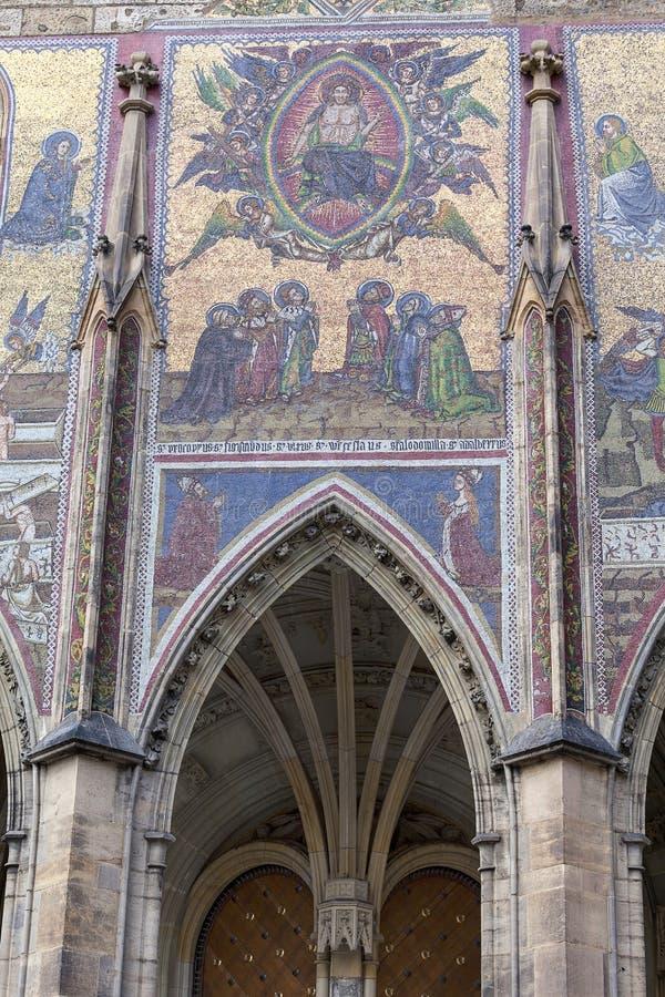 St Vitus Cathedral, fachada, mosaico, juicio pasado, Praga, República Checa del siglo XIV foto de archivo libre de regalías