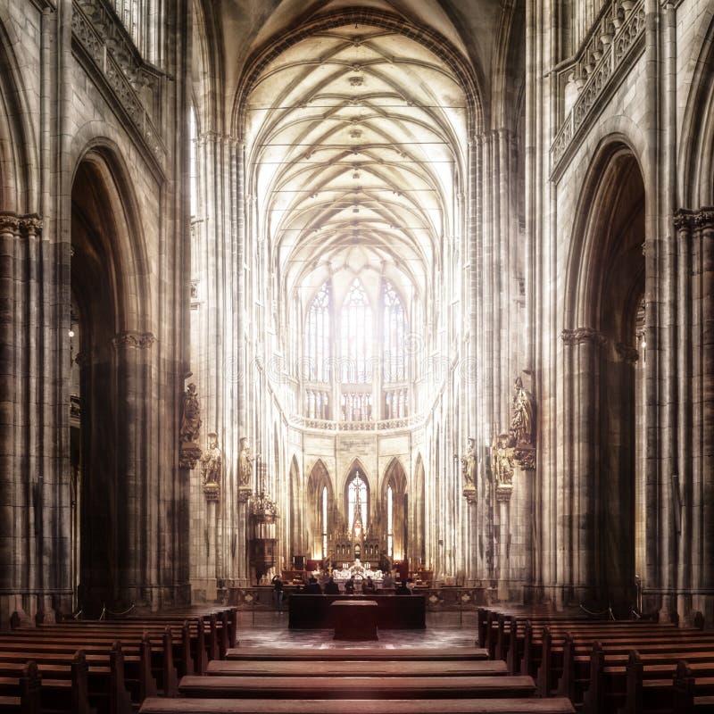 St Vitus Cathedral i Hradcany, den mest berömda kyrkan i Pragu royaltyfria foton