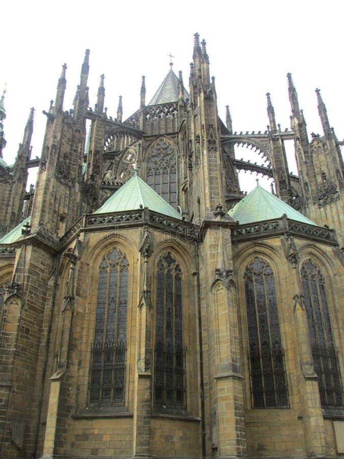 St Vitus Cathedral i Prague, Tjeckien, sidosikt Gotisk arkitektonisk stil royaltyfria foton