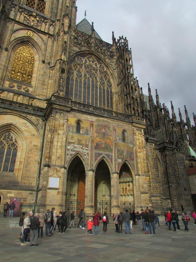 St Vitus Cathedral i Prague, Tjeckien, sidosikt arkivbild