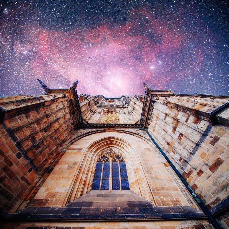 St Vitus Cathedral på den Prague slotten in under klara blått royaltyfri foto