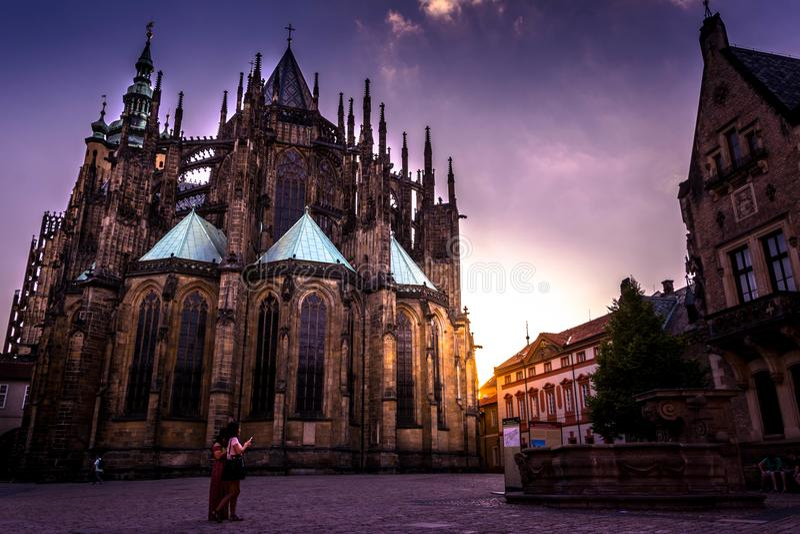 St Vitus Cathedral, Praag bij zonsondergang stock afbeelding