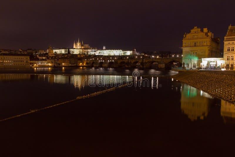 St Vitus Cathedral y castillo de Praga con Charles Bridge en la noche, Praga, República Checa imagen de archivo libre de regalías