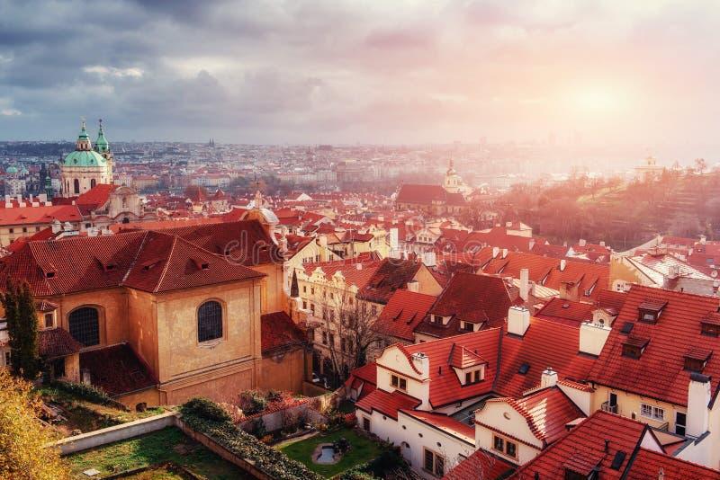 St Vitus Cathedral y tejados de Praga imagenes de archivo